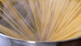 Кипеть макаронных изделий сток-видео