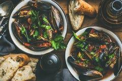 Кипеть мидии в томатном соусе и пиве над деревянной предпосылкой Стоковое Фото