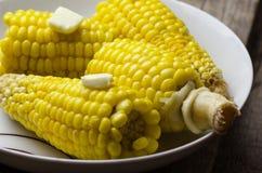 Кипеть мозоль с частью масла в белой плите Стоковая Фотография RF