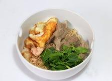 Кипеть немедленные лапши с сулоем свинины, яичницей, мясом рыб и зеленым овощем в белом шаре Стоковое фото RF