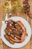 Кипеть осьминог с картошкой на белой плите Стоковое фото RF