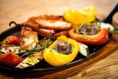 Кипеть осьминог с овощами Стоковые Изображения RF