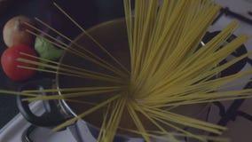 кипеть положил воду спагетти акции видеоматериалы