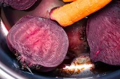 Кипеть свеклы и моркови в лотке Стоковое Изображение