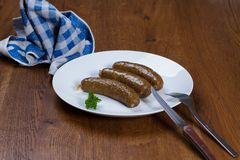 Кипеть сосиски на плите стоковые изображения rf