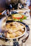 Кипеть цыпленок в серебряном подносе стоковое изображение rf