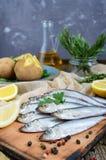 Кипеть unpeeled картошки в кожах, малая посоленная рыба прибалтийских сельдей, шпротин Стоковая Фотография