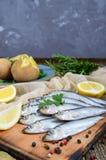 Кипеть unpeeled картошки в кожах, малая посоленная рыба прибалтийских сельдей, шпротин Стоковые Изображения