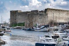 КИПР - ЗИМА, 2019: Замок Kyrenia Пристань моря со шлюпками, кораблями и яхтами Seascape стоковое изображение
