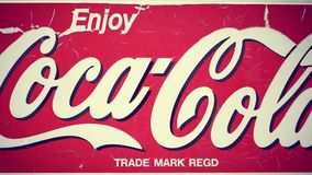 КИПР, ЛАРНАКА - ОКОЛО апрель 2018: Старый знак с отказами популярной американской кока-колы безалкогольного напитка сток-видео