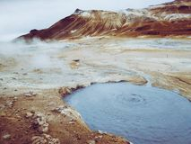 Кипя грязь в районе Namafjall геотермическом, Hverir, область Исландии геотермическая на Hverir на севере Исландии около озера My стоковые изображения