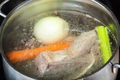 Кипя отвар говядины в конце лотка тушёного мяса вверх стоковая фотография rf