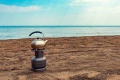 Кипя чай на газовом баллоне морем Стоковое Фото
