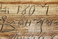 Кириллические сочинительства на старой деревянной церков стоковое изображение