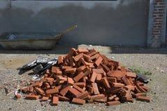 Кирпичи на поле и заштукатуренной стене Стоковое Фото