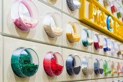 Кирпичи LEGO показанные в магазине LEGO Стоковая Фотография RF
