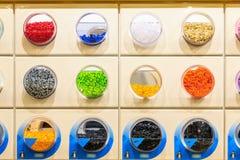 Кирпичи LEGO показанные в магазине LEGO Стоковое Фото