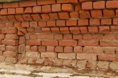 Кирпичная стена выдержанного старого красного кирпича стоковые изображения