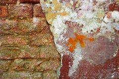 Кирпичная стена выдержанная половиной много космос экземпляра треснутая стена Постаретая деталь архитектуры Заштукатуренная полов Стоковая Фотография RF