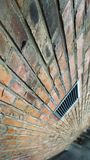 Кирпичная стена в городе Стоковое Фото