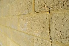 Кирпичная стена известняка с отказом Стоковое Изображение