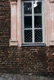 Кирпичная стена и американский флаг в окне стоковая фотография