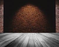Кирпичная стена и белый пол, светлое пятно в центре для предпосылки Стоковые Изображения