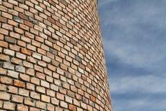 Кирпичная стена и небо Стоковые Фотографии RF