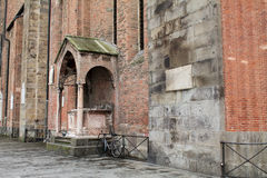 Кирпичная стена и сиротливый велосипед стоковая фотография rf