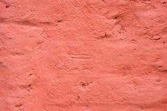 Кирпичная стена покрашенная с толстой красной краской стоковые изображения