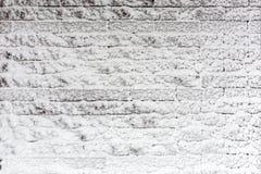 Кирпичная стена покрытая с снегом Замороженная текстура поверхности зимы Copyspace для размещения или текста продукта Стоковая Фотография RF