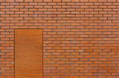 Кирпичная стена с дверью Стоковые Фото