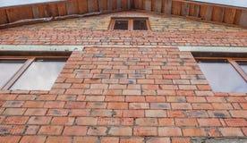 Кирпичная стена с коричневым Windows, взглядом со стороны дома Стоковые Изображения RF