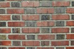 Кирпичная стена с минометом и треснутыми деталями стоковое фото