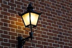 Кирпичная стена с старой лампой Стоковое Изображение