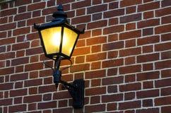 Кирпичная стена с старой лампой Стоковые Фотографии RF