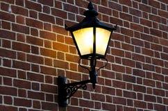 Кирпичная стена с старой лампой Стоковое фото RF