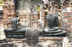 Кирпичная стена с старым Buddhas обезглавила. стоковая фотография rf