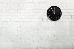 Кирпичная стена с часами стоковое изображение rf