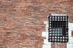 Кирпичная стена красного цвета тюрьмы Стоковое Изображение RF