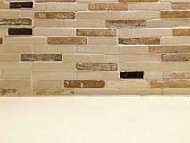Кирпичная стена Grunge с белой полкой как космос предпосылки и экземпляра Стоковое фото RF