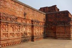 Кирпичная стена Nalanda богато украшенная стоковые изображения