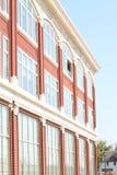 Кирпичное здание с много окон Стоковая Фотография