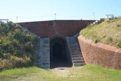 Кирпич и землистые стены много ног толстых и обеспечивают темные коридоры для движения стоковое изображение rf