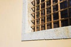 Кирпич и каменная стена с старой ржавой решеткой Стоковое Изображение