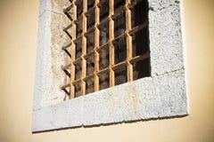 Кирпич и каменная стена с старой ржавой решеткой Стоковая Фотография