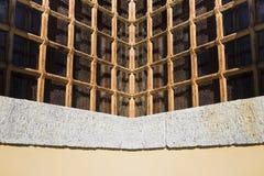 Кирпич и каменная стена с старой ржавой решеткой Стоковые Изображения