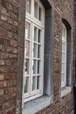 Кирпич и окна старого стиля конца-вверх стоковое фото rf