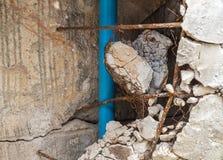 Кирпич он сломало поврежденный перед новой конструкцией формы стены Стоковое Изображение RF