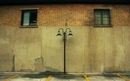кирпич освещает старые 2 окна стены Стоковые Изображения